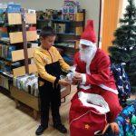 Дядо Коледа навести трудолюбиви малчугани в библиотеката