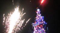 """Светлинно лазерно шоу предшестваше запалването на светлините на коледната елха край централния площад """"Захарий Зограф"""" в Самоков на 8 декември вечерта. Атрактивните лъчове на """"Дани лазер шоу"""" завладяха въздушното пространство […]"""