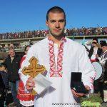 Емилиян Крамарски извади кръста от водите на Искъра в Самоков /ВИДЕО + СНИМКИ/