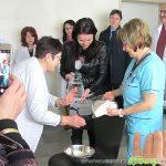 Симона Дончева поля вода на лекарите от АГ отделението на болницата навръх Бабинден
