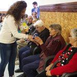 """Ученици от СУ """"Отец Паисий"""" зарадваха възрастни хора по случай 3 и 8 март"""