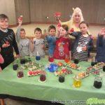 """Малчугани от ОУ """"Св. св. Кирил и Методий"""" боядисаха 90 яйца в Младежкия дом"""