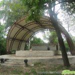 Сложиха покрив на откритата сцена в Туристическата градина