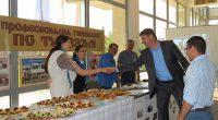 """В зала """"Самоков"""" на 30 май кметът Владимир Георгиев откри ученическа борса. Всички гимназии бяха подготвили кътове с рекламни материали, а от Професионалната гимназия по туризъм бяха осигурили и почерпка. […]"""