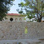 Оформя се оградата на Синагогата от изток