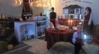 """Повече снимки може да видите тук:https://www.facebook.com/pg/VestnikPriatel/photos/?tab=album&album_id=2389202284443040 Едно от най-богато украсените за предстоящите празници училища в Самоковско – """"Митрополит Авксентий Велешки"""", даде старт на своята коледно-новогодишна програма с тържествено запалване на […]"""