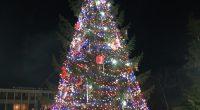 """В присъствието на Дядо Коледа и неговата верна помощничка Снежанка светлините на коледно-новогодишната украса в Самоков грейнаха вечерта на 7 декември. Тържествената програма събра на централния площад """"Захарий Зограф"""" много […]"""