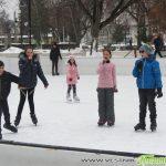 """Неделно матине на ледената пързалка – деца от читалище """"Младост"""" пяха и танцуваха с кънки"""