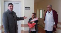 """Най-младите жители на града ни са родените на 4 януари в """"МБАЛ-Самоков"""" две момичета – Стефани и Елена. Според поверието годината ще бъде мирна, щом първото бебе е момиче. Дай […]"""