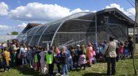 """Новият парк """"Крайискърец"""" приюти на 3 май нови обитатели. Открит бе зоокът с различни видове птици – две двойки пауни, златен и сребърен фазан, гълъби. Предстои тук да бъдат настанени […]"""