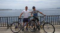 """Трима приятели – Любомир Савов, Радой Николов и нашият колега Делян Василев, станаха първите самоковски """"абитуриенти"""" по гръцкото крайбрежие, след като навъртяха със своите велосипеди 300 км от родния си […]"""