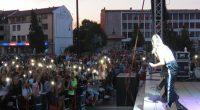 """Хитовата група """"СкандаУ"""" и популярната Михаела Маринова, призьорка от """"Екс фактор"""" и победителка в """"Като две капки вода"""", зарадваха вечерта на 17 август на централния площад """"Захарий Зограф"""" със своите […]"""