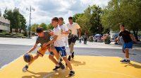"""През целия съботен ден на 17 август на централния площад """"Захарий Зограф"""" се игра… баскетбол. В традиционния турнир по стрийтбол по случай Празника на Самоков участваха деца и юноши, разделени […]"""