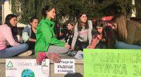 """Акция в подкрепа на Глобалната седмица за действия против климатичните промени /20-27 септември/ организираха млади хора от града ни на 20 септември на централния площад """"Захарий Зограф"""".""""Ученическа стачка за климата"""", […]"""