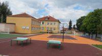 """В навечерието на новата учебна година приключи изграждането на спортните игрища в двора на ОУ """"Христо Максимов"""". Монтирани са и спортните съоръжения. Дворът е изцяло обновен, като са изградени игрища […]"""